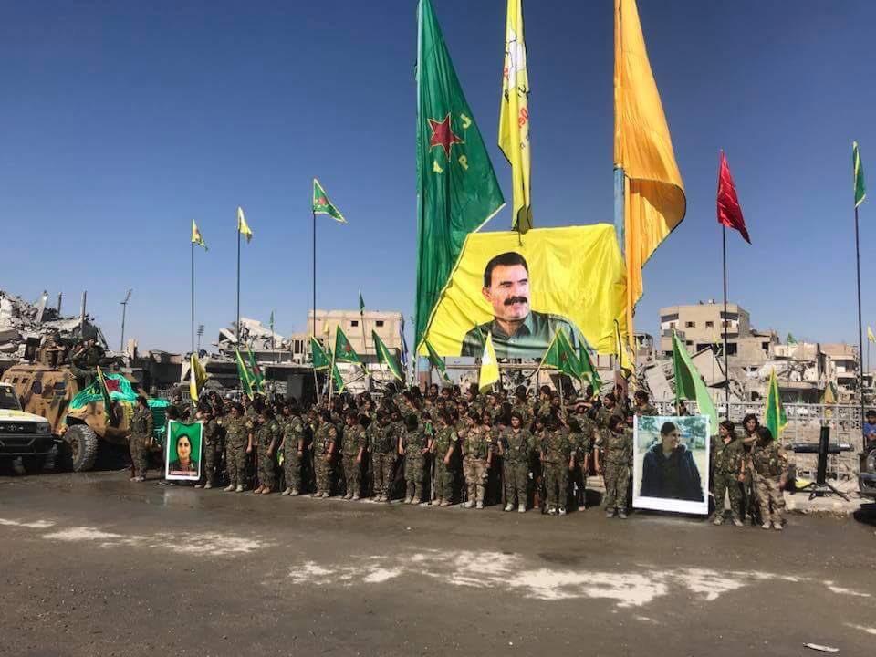 Un poster di Ocalan svetta nella piazza principale di Raqqa, piazza al Naeem, durante le celebrazioni della vittoria delle SDF. Credits to: SDF.