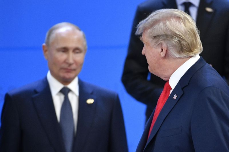 Donald Trump glances at Russia's Vladimir Putin ahead of a family photo during the G20 Leaders' Summit