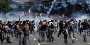 Venezuelan opposition activists clash with the police during a protest against the government of President Nicolas Maduro on April 6, 2017 in Caracas