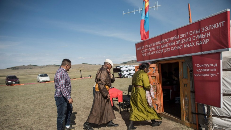 People in traditional dress arrive to vote in the Mongolia's presidential election of 2017