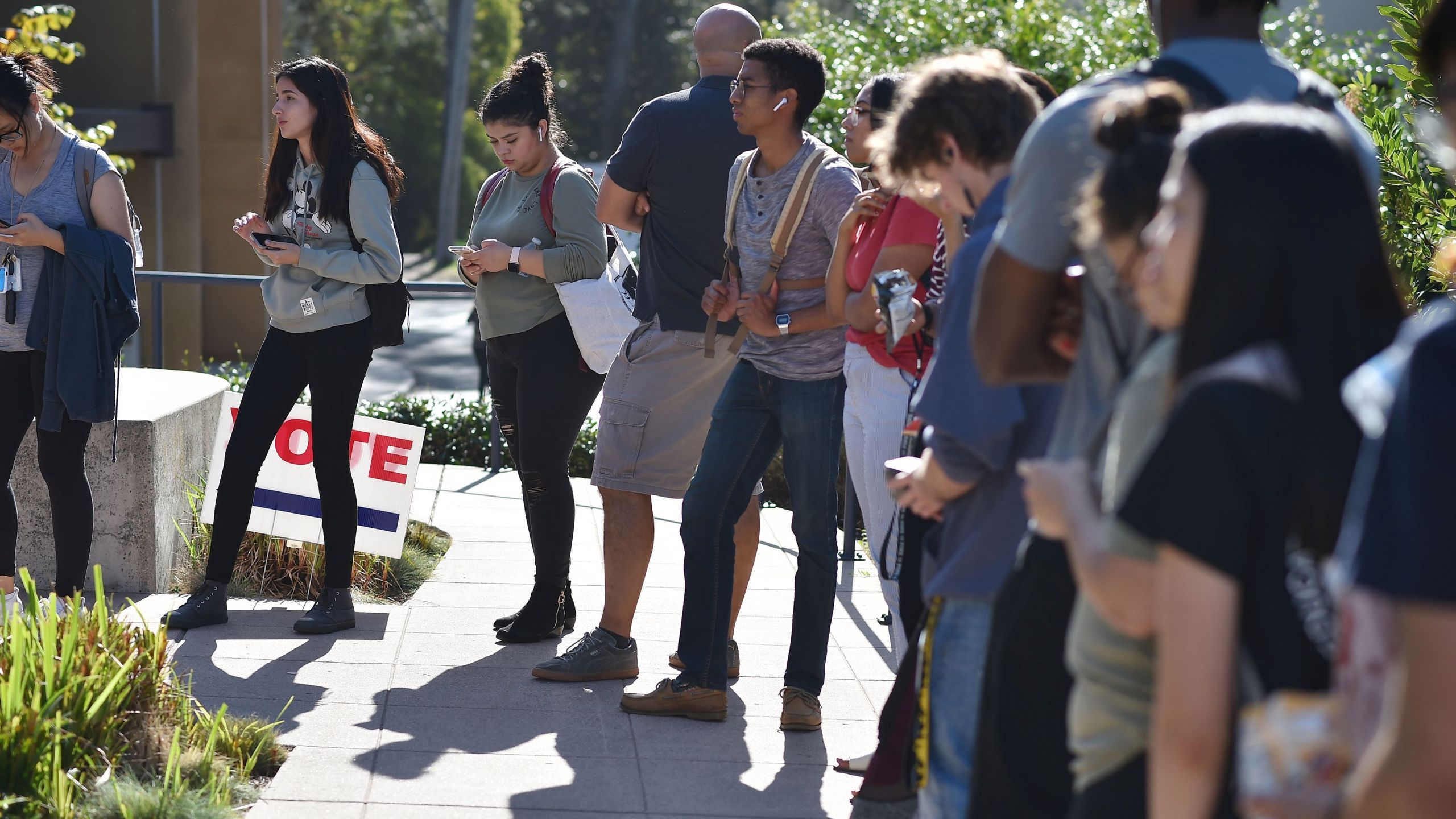 Students wait in line to vote at the University of California, Irvine, on November 6, 2018. Photo: Robyn Beck/AFP.