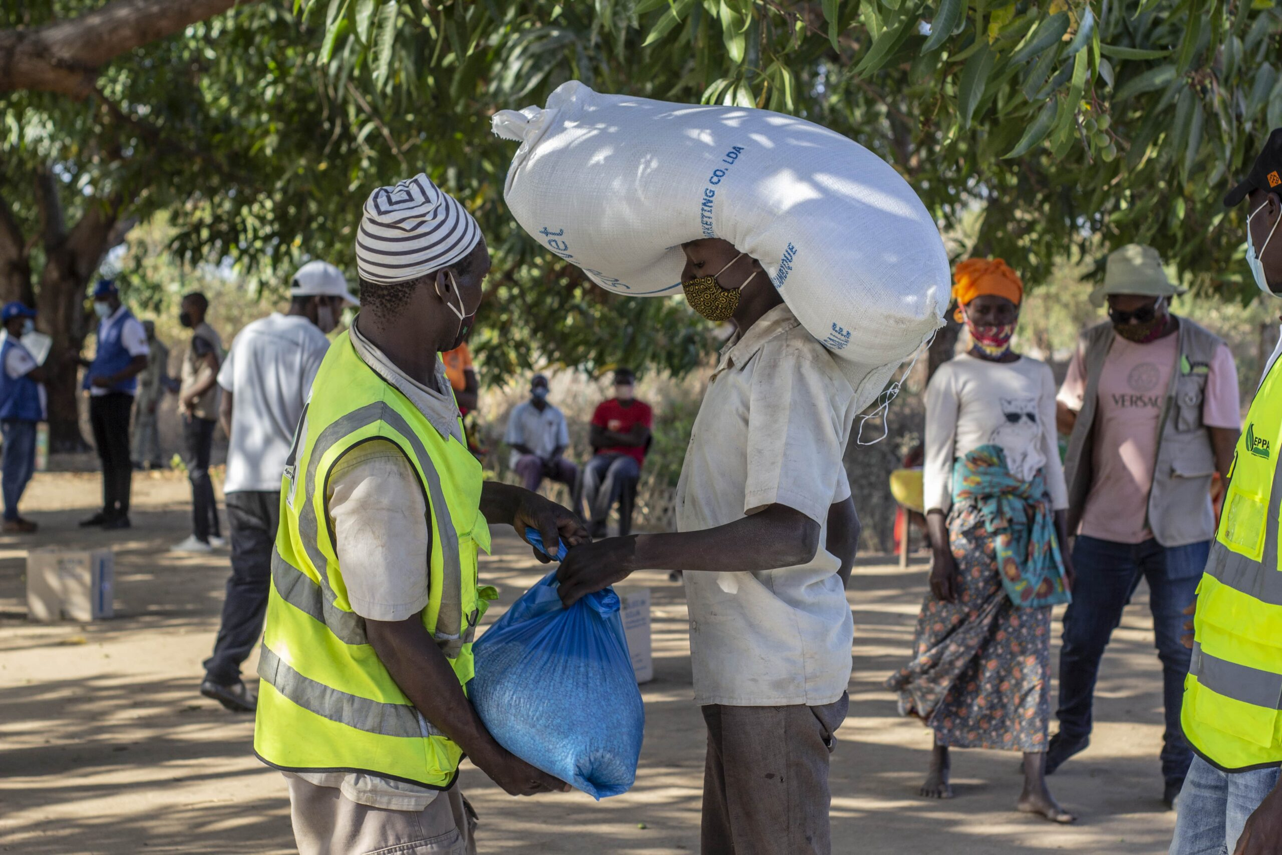 A WFP staff distributing food at a station in Cabo Delgado, Mozambique